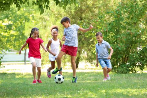"""V živdieťaťa ote každého nastane chvíľa, keď sa jeho rodičia, alebo ono samo, rozhodne navštevovať záujmový krúžok. Niekedy má na to dieťa evidentné predispozície, niekedy plní sen svojim rodičom a niekedy sa jednoducho """"opičí"""" po svojich kamarátoch. Nech je to akokoľvek, mimoškolské aktivity pomáhajú deťom rásť, učia ich samostatnosti a dvíhajú im sebavedomie. Samozrejme len vtedy, ak sa venujú tomu, čo ich baví. Ako teda správne vybrať krúžok pre svoje dieťa?"""