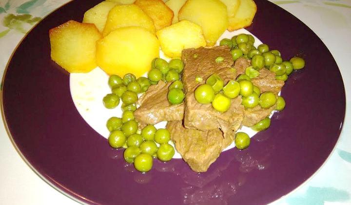 Hovädzie na hrášku a zemiakové chipsy