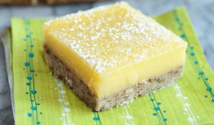 Bielkovinový kokosový koláč s citrónovou polevou